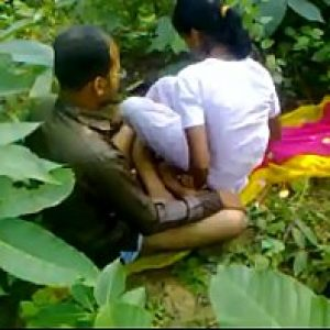 xxx2020 ลุงจอมหื่นหลอกหลานสาวอายุน้อยมาเย็ดในป่าข้างโรงเรียน